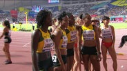 Die Frauenstaffel aus Jamaika nebeneinander nach dem Zieleinlauf der 1. Vorläufe bei den 4 x 400 Metern (v.l.n.r.): Tiffany James, Anastasia Le-Roy, Roneisha McGregor und Stephanie Ann McPherson.