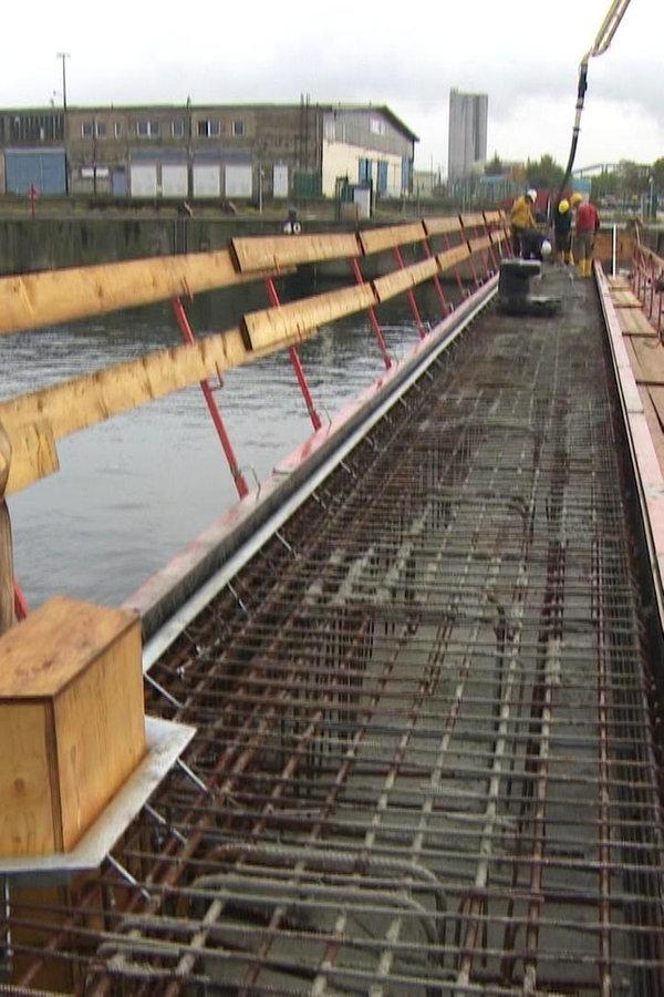 Kaimauer im Rostocker Überseehafen wächst