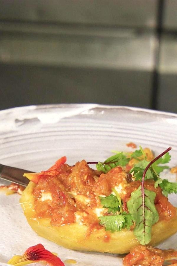 Artischocken mit Tomatenkompott und Frischkäse