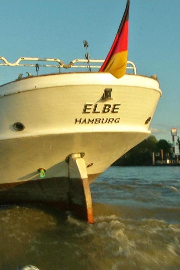 """Traditionsschiff """"No. 5 Elbe"""" wird abgeschleppt"""
