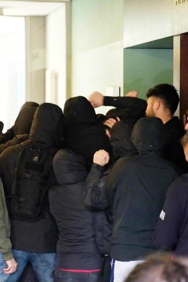 Demonstranten stürmen wieder Lucke-Vorlesung