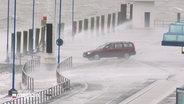 Ein Auto steht am Fähranleger nach Amrum