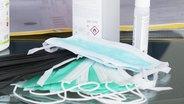 Une pile de masques respiratoires sur une table