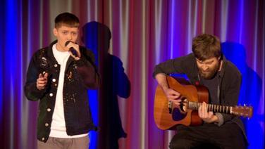 Ben Dolic und ein Gitarrist auf einer Bühne
