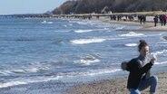 Mädchen macht ein Selfie am Meer