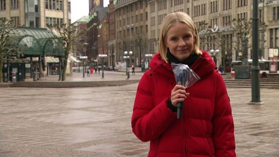 Hamburg Journal 18:00 Moderatorin Julia Wulf am Rathausplatz.