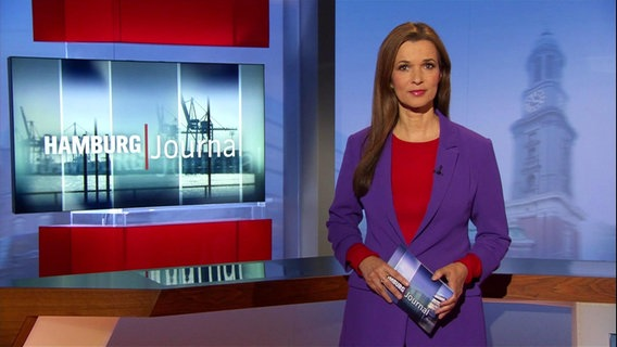 Hamburg Journal Moderatorin Julia-Niharika Sen im Studio.