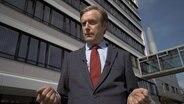 Niels Holst als Mitarbeiter der Schufa
