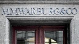 Die Schrift über dem Eingang der beschuldigten Warburg-Bank