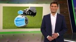 Christian Ehring, im Hintergrund ein Fußball und Fußballschuh mit Mundschutz