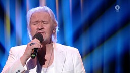 "Johnny Logan singt ""Whats Another Year""."