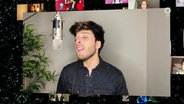 "Blas Cantó singt ""Shine a Light""."