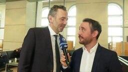 Extra 3 Reporter Jakob Leube interviewt Thomas Jarzombek im Bundestag