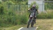 Motocrosser Tobias Finck auf seinem Motorrad.