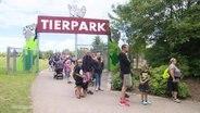 Abstand halten in der Schlange vorm Tierpark.