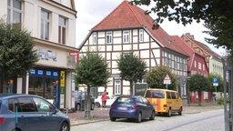 Häuser an einer Straße in Hagenow.