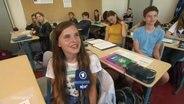 Schülerin in einem Klassenraum.