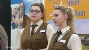 Zwei Frauen auf einer Lehrstellen-Messe.