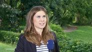 Reporterin Carolin Kock im Gespräch.