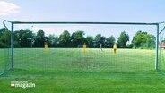 Ein Tor auf einem Fußballplatz.