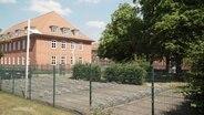 Ein Schulgebäude von der Außenansicht