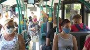 Fahrgäste in einem Bus.