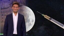Christian Ehring im Studio, im Hintergrund ein Bild von einer Spritze, die auf einen Planeten zeigt.