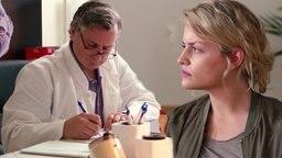 Ein Arzt und seine Patientin.