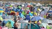 Ein überfüllter Strand