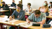Schüler mit Maske im Unterricht.