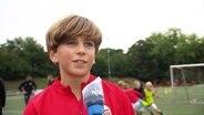 Ein junger Torwart vermisst Fußballspiele gegen andere Mannschaften.