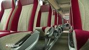 Leere Sitzreihen in einem Bus.