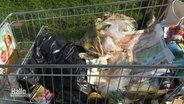 Ein Einkaufswagen voller Müll.