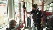 Eine Polizistin bei einer Kontrolle in ÖPNV.
