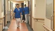 Eine Krankenpflegerin geht durch einen Flur im Krankenhaus.