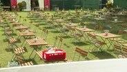 """Aus """"Kultur im Zelt"""" wird """"Kultur im Park"""" - Tische und Stühle im Bürgerpark."""