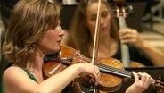 Eine Musikerin spielt die Geige in der Elphi.