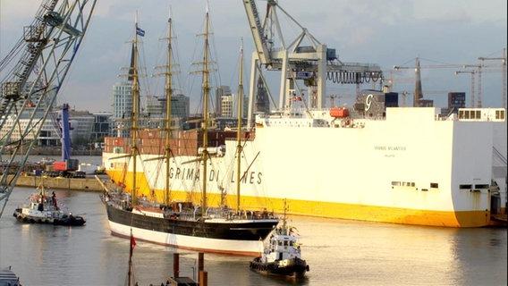 """""""Die Peking"""" passiert ein Containerschiff."""