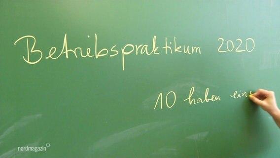 """Auf einer Kreidetafel steht """"Betriebspraktikum 2020""""."""