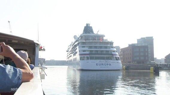Das Heck der MS Europa im Wismarer Hafen, von einem Ausflugsschiff aus gesehen.