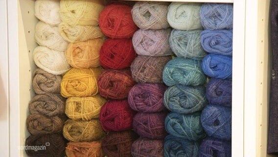 Wollknäuele in unterschiedlichen Farben.
