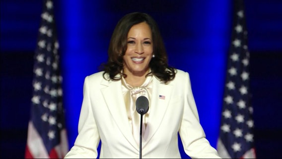 Kamala Harris am Rednerpult