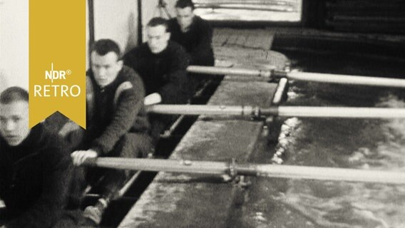 Ruderer beim Training in einer Halle in Attrappenboot 1962