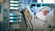 Ein Patient liegt auf der Intensivstation © NDR
