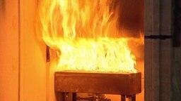 Flammen im Brandversuch-Test © NDR