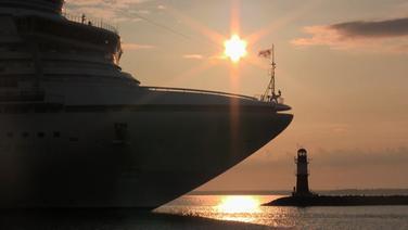 Silhouette eines Kreuzfahrt im Gegenlicht. © NDR / Christiane Schuhbert TV