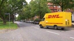 DHL-Fahrzeug unseres Autoren auf der Straße