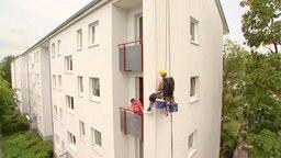 Fassadenkletterer an Häuserwand © NDR