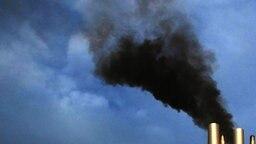 Schwarzer Rauch qualmt aus einem Schornstein eines Schiffes. © imago/CHROMORANGE Foto: imago/CHROMORANGE