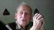 Karl M. ist 96 Jahre alt. Er wurde 1949 in Frankreich in Abwesenheit als Kriegsverbrecher zum Tode verurteilt. Doch da lebte er längst wieder in seiner Heimatgemeinde Nordstemmen in Niedersachsen. Bis heute unbehelligt. © NDR